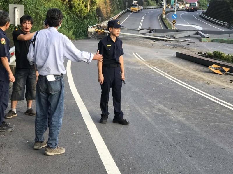 旗山分局分局長赴現場指揮排除路障。(記者許麗娟翻攝)