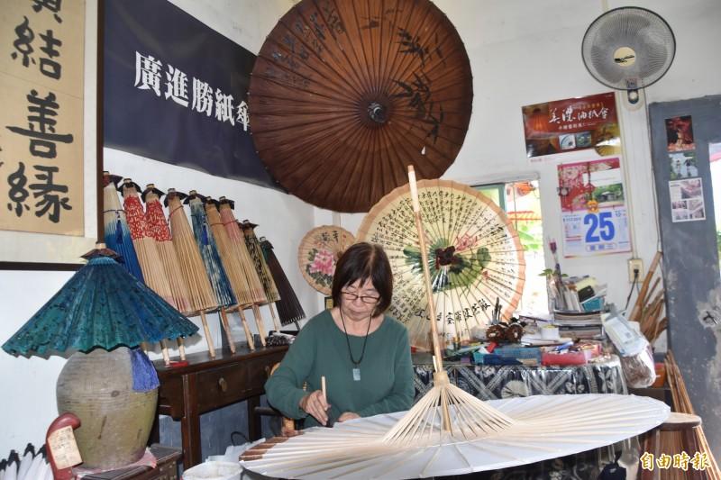東高雄客庄人文風情極具特色,圖為美濃油紙傘製作。(記者蘇福男攝)