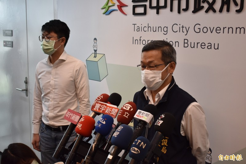 建設局長陳大田(圖右),在新聞局長黃國瑋(圖左)陪同下開記者會,但為時僅2分半,堪稱是「快閃」。(記者張瑞楨攝)
