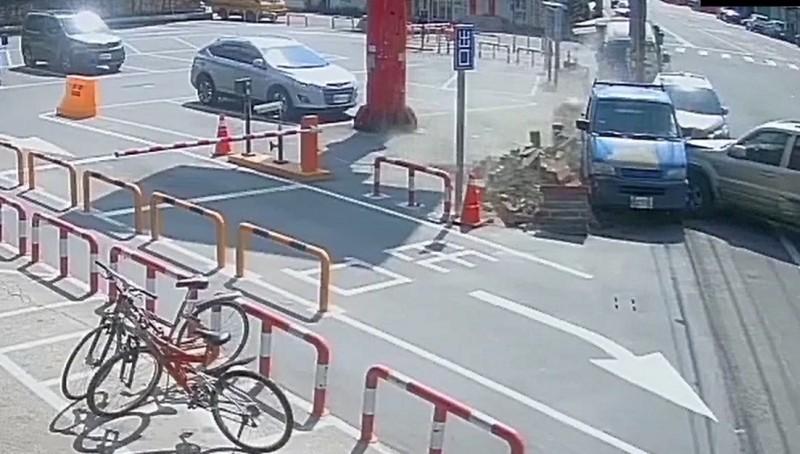 醉男開車一路躲警車,最後在鹿和路連撞警車、路邊停車的車輛才停下,自小貨車被撞力道大到連賣場圍牆倒了,消防栓也壞了。(記者劉曉欣翻攝)