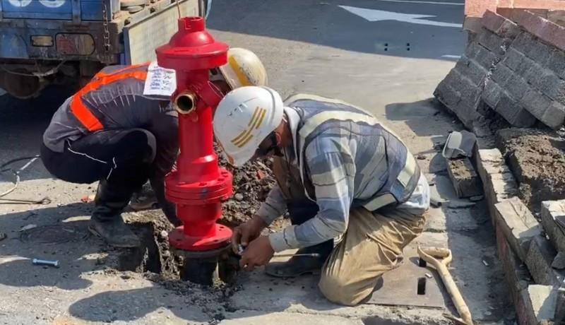 台水鹿港營運所今天派人換上全新的消防栓。(記者劉曉欣翻攝)