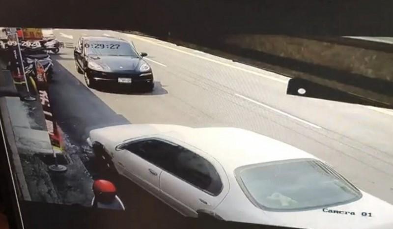 自小客差點撞上一輛臨停保時捷休旅車。(民眾提供)