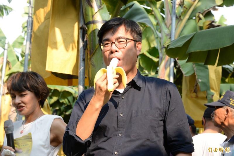陳其邁鼓勵民眾多吃平價又營養高的香蕉。(記者許麗娟攝)