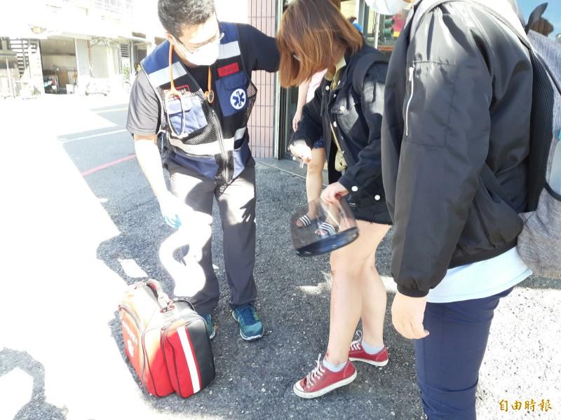 救護人員為受傷的東大女生檢視傷勢。(記者黃明堂攝)