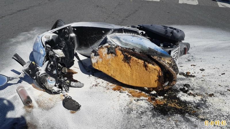 東大女生騎機車摔倒後,車變成火球,撲滅後成了廢鐵。(記者黃明堂攝)