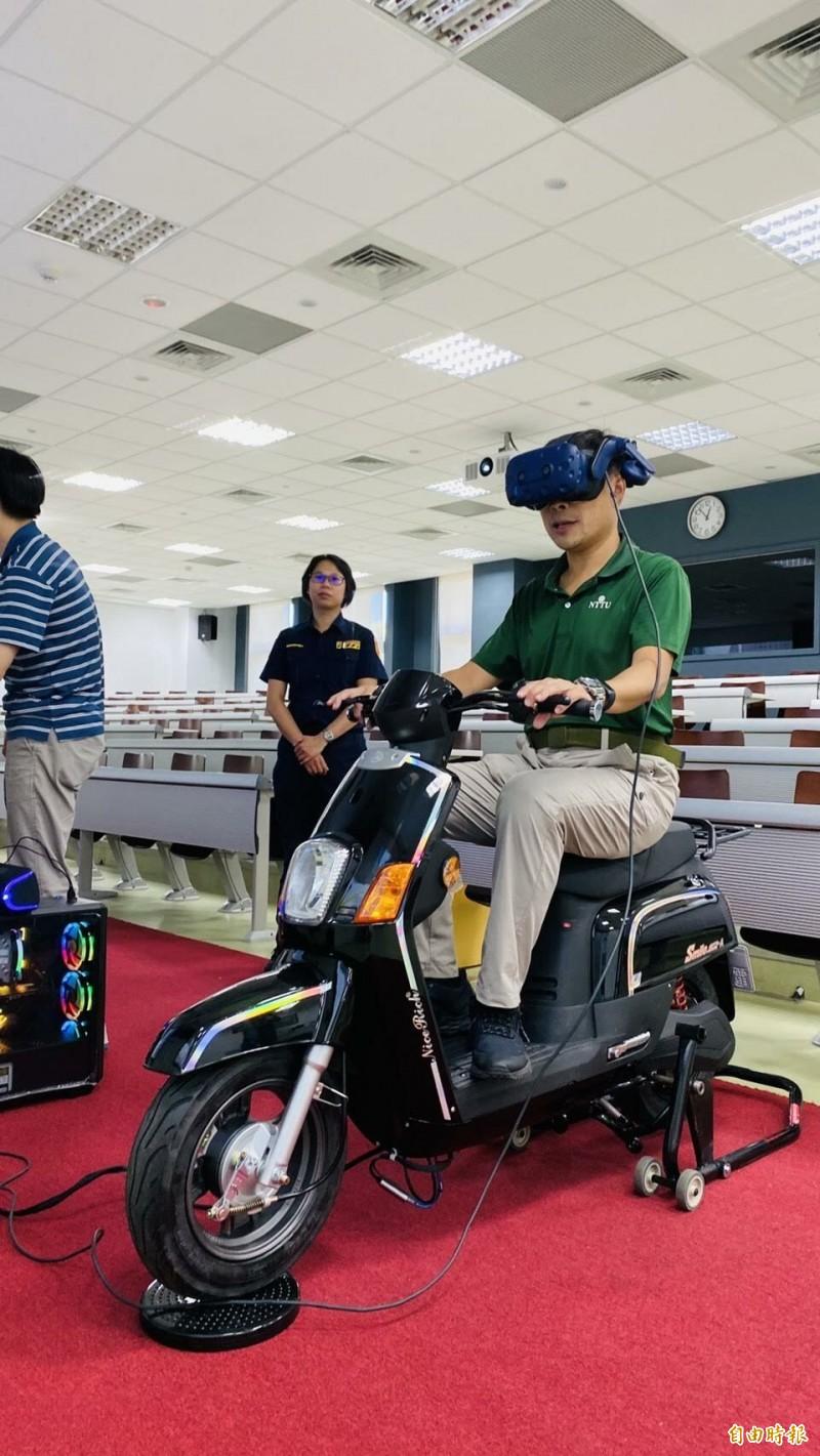 東大校安中心主任高泉元也試機車虛擬實境安全駕駛。(記者黃明堂攝)