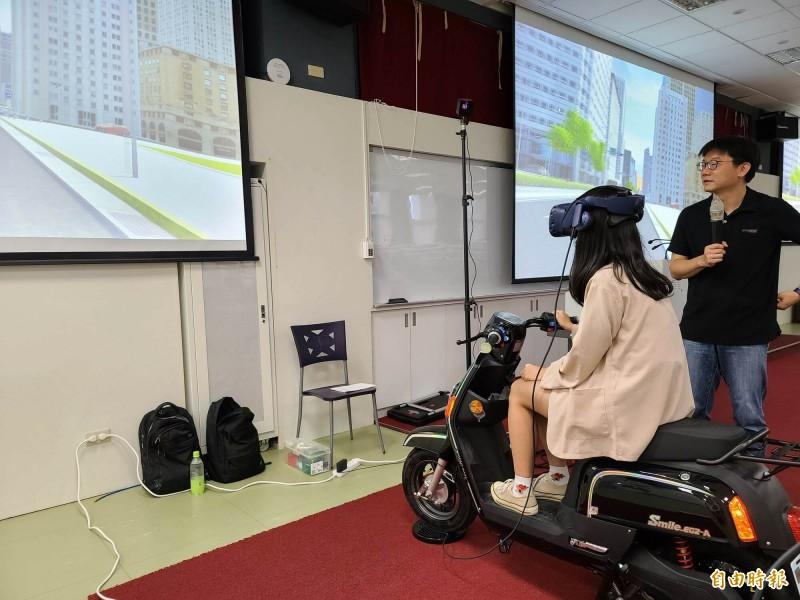 東大女學生透過虛擬實境,體驗騎機車被撞的感覺。(記者黃明堂攝)
