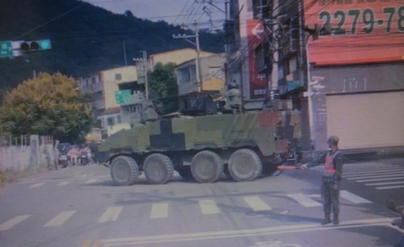 陸軍234旅1輛8輪雲豹甲車在路口無法順利轉彎,挨酸如何打仗,軍方澄清是「轉向機油封」突然破裂無法做大幅度轉彎所致。 (記者陳建志翻攝)