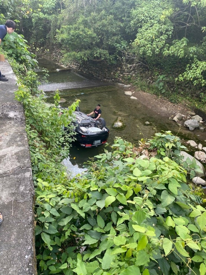 徐姓男子駕駛的黑色小客車翻落至美濃水底溪。(記者許麗娟翻攝)