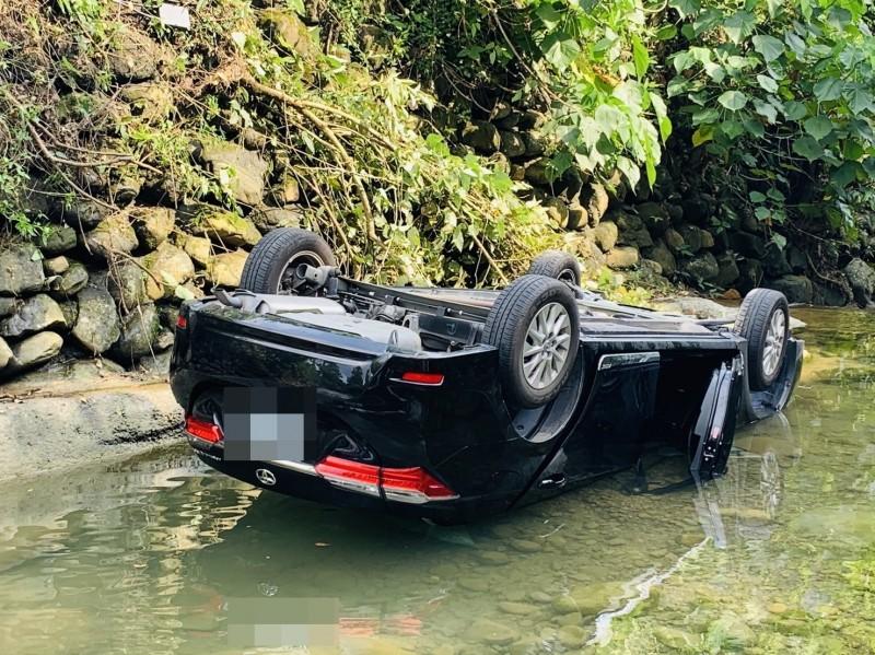 這起翻車意外,造成駕駛死亡。(記者許麗娟翻攝)
