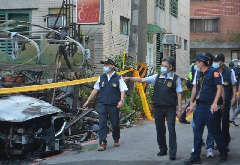台中地檢署檢察官陳振義(左2)今天下午到現場勘查,強調不排除人為縱火可能。(記者陳建志攝)