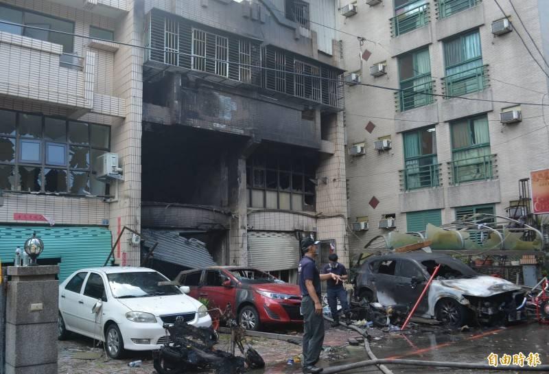 台中東海商圈龍井區新興路59巷今天清晨發生氣爆,現場一片混亂,屋前汽機車也都遭波及燒毀。 (記者陳建志攝)
