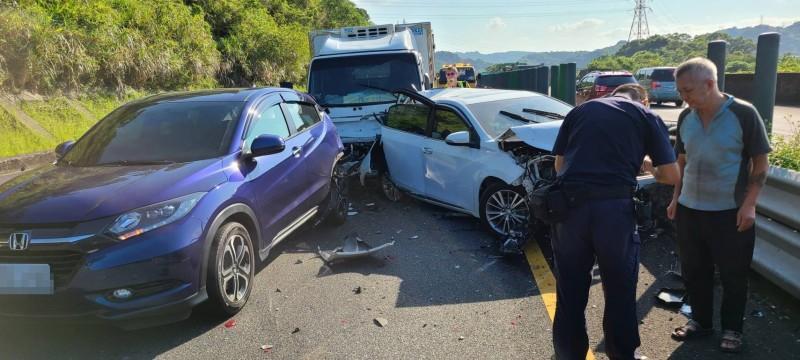 現場5輛車追撞在一起(記者吳昇儒翻攝)