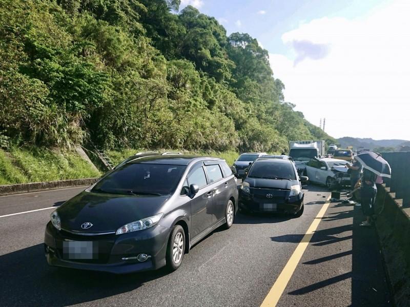 5輛車追撞造成後方回堵(記者吳昇儒翻攝)