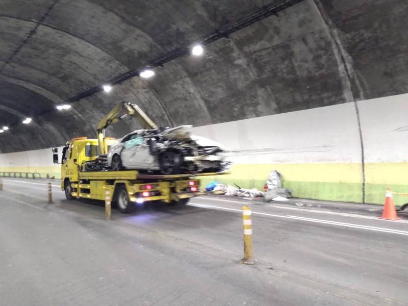 現場有大量車體及護欄碎片。(記者鄭景議翻攝)