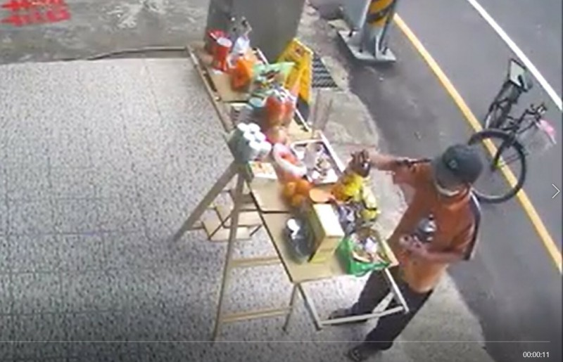 傅男於日前中元節家戶普度祭拜好兄弟時,竊取他人準備的供品。(記者彭健禮翻攝)