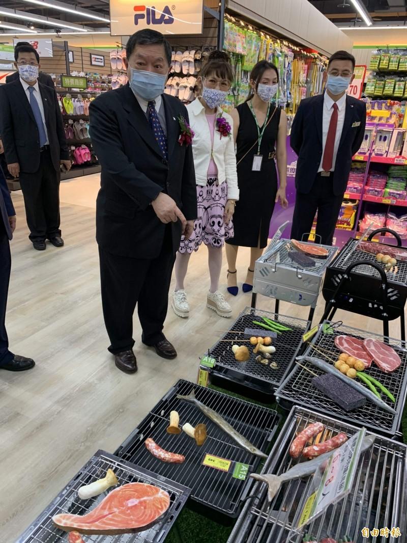 徐旭東出席愛買台中水湳店開幕,並巡視賣場。(記者蔡淑媛攝)