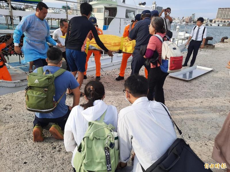 大體運抵馬公,家屬們在岸邊跪迎遺體。(記者劉禹慶攝)