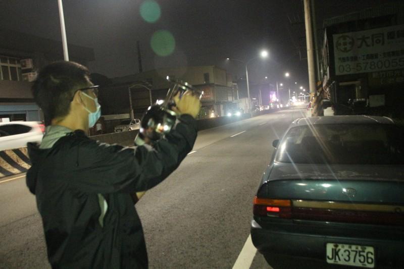 新竹縣政府環保局稽查員到場監測空氣污染狀況。(圖由縣府提供)