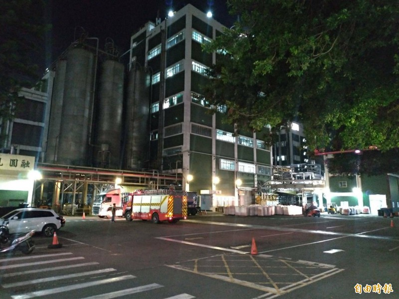 多輛消防車輛疾駛進入事發廠區,讓新埔鎮民今夜都很焦慮。(記者黃美珠攝)