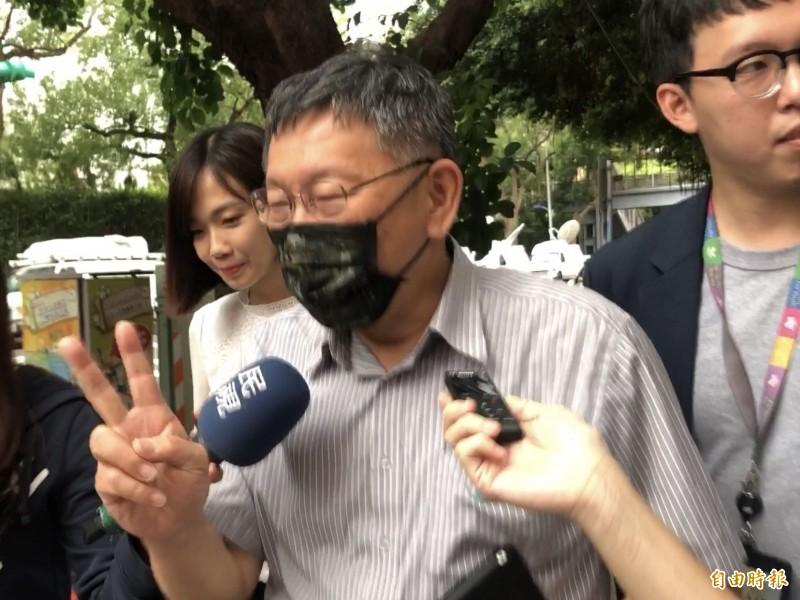 民眾黨主席柯文哲被問及有意角逐台北市長的副市長黃珊珊民調偏低,笑稱還有2年。(記者陳昀攝)