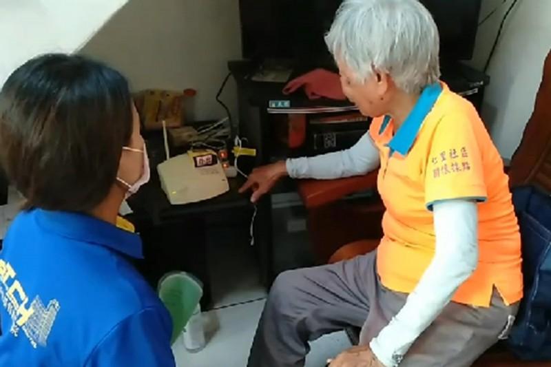 屏東縣政府緊急救援通報系統放寬補助。(屏東縣政府社會處提供)