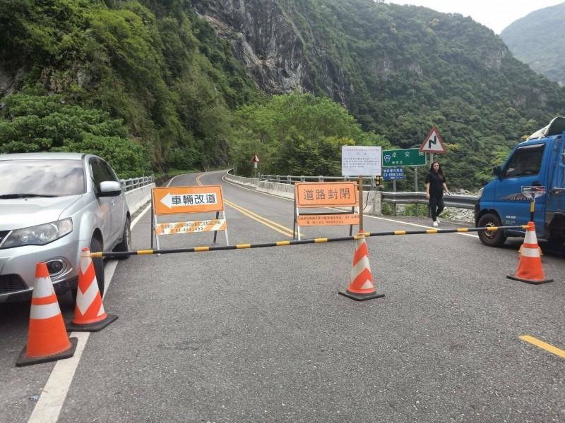 林務局為了摘除瓦拉米步道口等2處虎頭蜂窩,今天僱用吊車摘除蜂窩,為此還封閉省道7小時。(林務局提供)