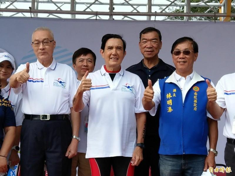 前副總統吳敦義(左)以南投老縣長身分出席日月潭萬人泳渡,前總統馬英九(中)則是第八度挑戰泳渡。(記者劉濱銓攝)