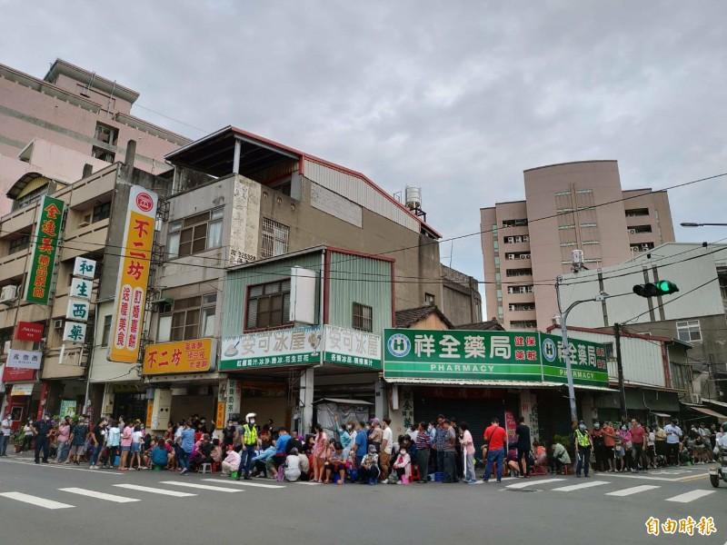 彰化蛋黃酥名店恢復現場開賣首日,代購大軍又出動了,擠爆騎樓,人龍超過百米。(記者劉曉欣攝)