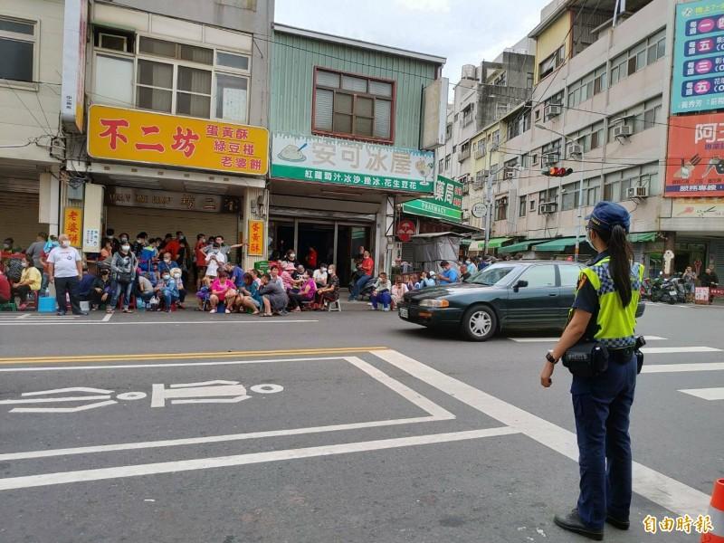 為了維持購買蛋黃酥人潮的交通秩序,彰化警力也出動了。(記者劉曉欣攝)