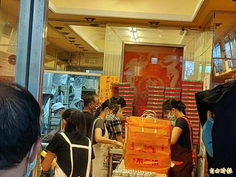 彰化蛋黃酥名店今天是恢復現場販售的第一天,一開門排隊人潮就依序湧入。(記者劉曉欣攝)