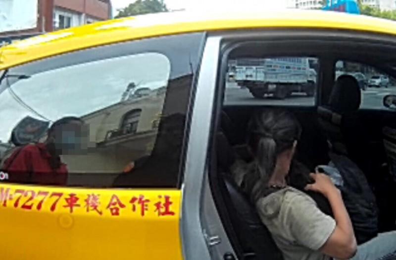 婦人付不出車資,一度被運將誤會坐霸王車求助警方。(記者許國楨翻攝)
