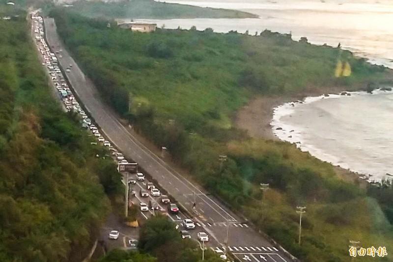 台一線北上總塞車,連假首度實施「隔離機車道」。(資料照,記者蔡宗憲攝)
