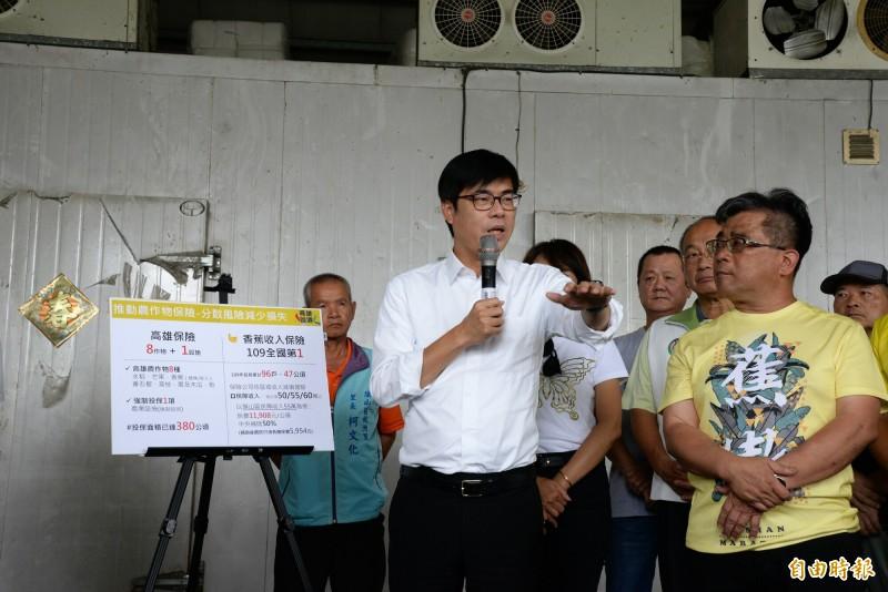 高雄市長陳其邁至旗山香蕉催熟集貨場,向農會宣布市府將加碼補助農作物保險20%。(記者許麗娟攝)