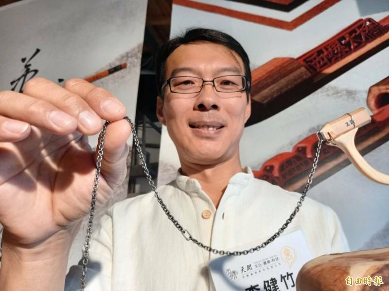 筆芯微雕職人李健竹的「鍊條168」,獲金氏紀錄認證,成為世界第一。(記者江志雄攝)