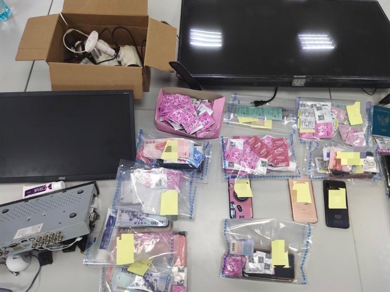 警方查扣保險套、賣淫所得、監視器鏡頭等證物。(記者王冠仁翻攝)
