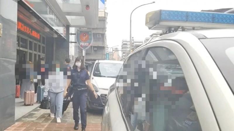 警方將外籍應召女送往移民署等候遣返。(記者王冠仁翻攝)