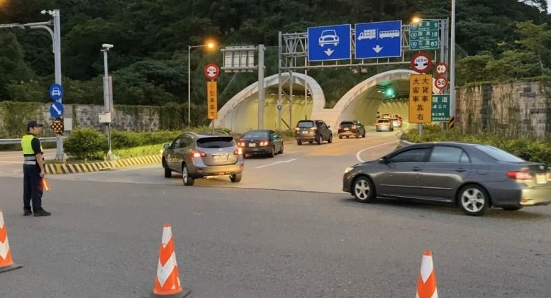 蘇花改今天清晨4點半起湧現南下車潮,大批車流駛入蘇澳隧道。(記者江志雄翻攝)