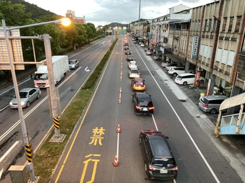 連接蘇花改的蘇澳鎮蘇港路車流嚴重回堵。(記者江志雄翻攝)