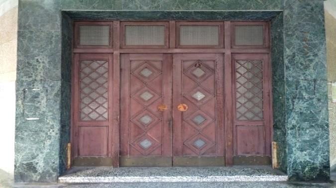 文藝風格的大門木雕窗櫺及門板。(監察院提供)