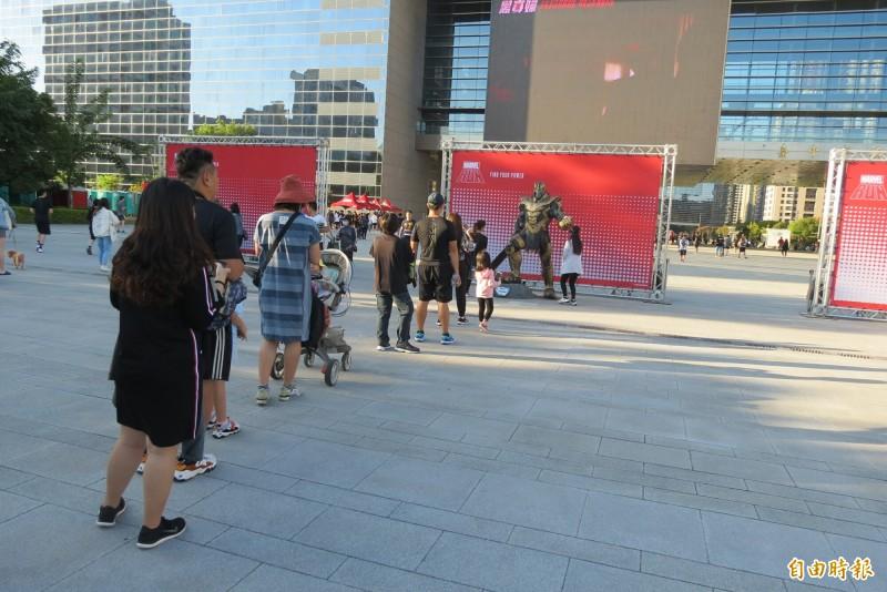 漫威路跑活動在現場規劃四個漫威人物的公仔,吸引很多民眾排隊拍照(記者蘇金鳳攝)