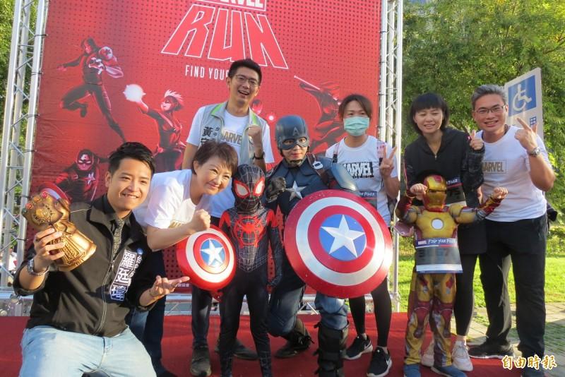 漫威路跑首場在台中市舉行,很多漫威迷都穿上劇中人物來參加路鉋,並且與市長盧秀燕(左二)合照(記者蘇金鳳攝)