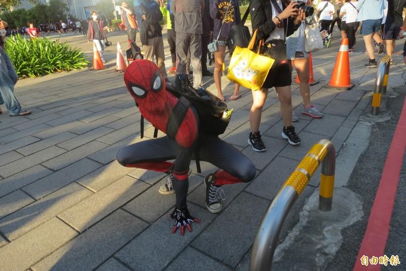 很多漫威迷打扮成蜘蛛人,不但自拍還與他漫威迷合照(記者蘇金鳳攝)
