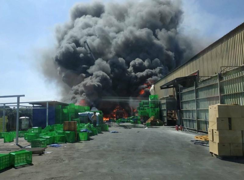 彰化埔鹽一家鋁鎂合金工廠發生大火,現場火勢猛烈,工廠竄出濃煙直衝天際。(記者陳冠備翻攝)