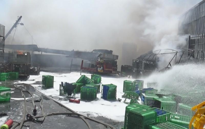 由於鎂有遇水燃燒特性,消防人員以泡沫灌救。(記者陳冠備翻攝)