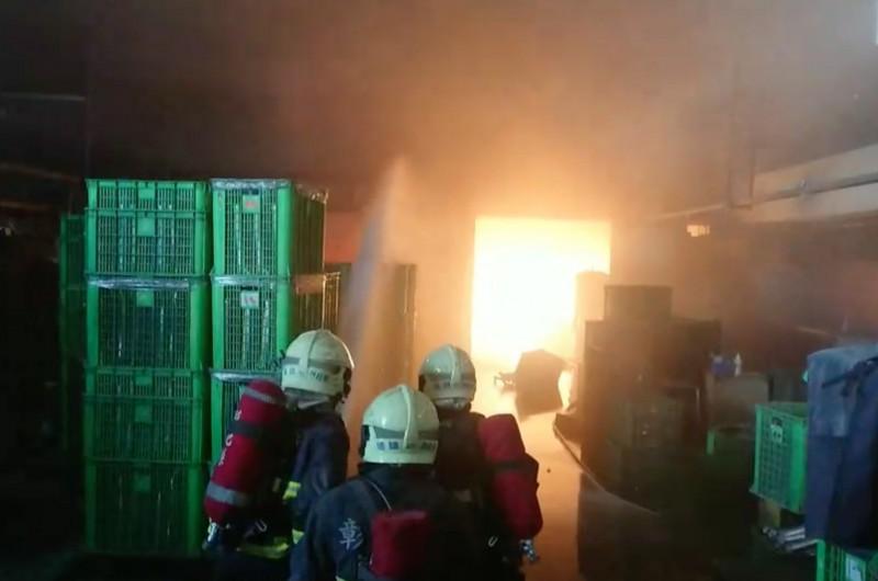 彰化埔鹽鋁鎂合金工廠起火,消防人員前往搶救,火警造成2人受傷就醫。(記者陳冠備翻攝)