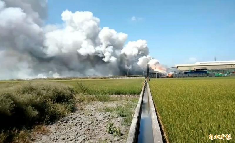 工廠竄出濃煙直衝天際,連遠在數公里外的民眾都看得見。(記者陳冠備攝)