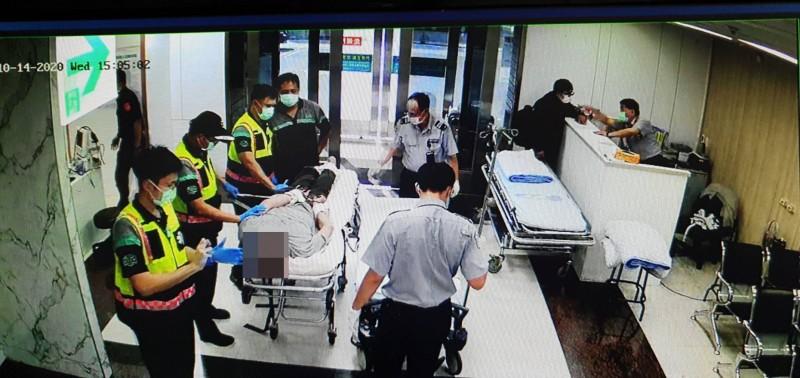 吳男被警消人員已束帶綑綁,並陪同戒護至彰化醫院。(記者陳冠備翻攝)