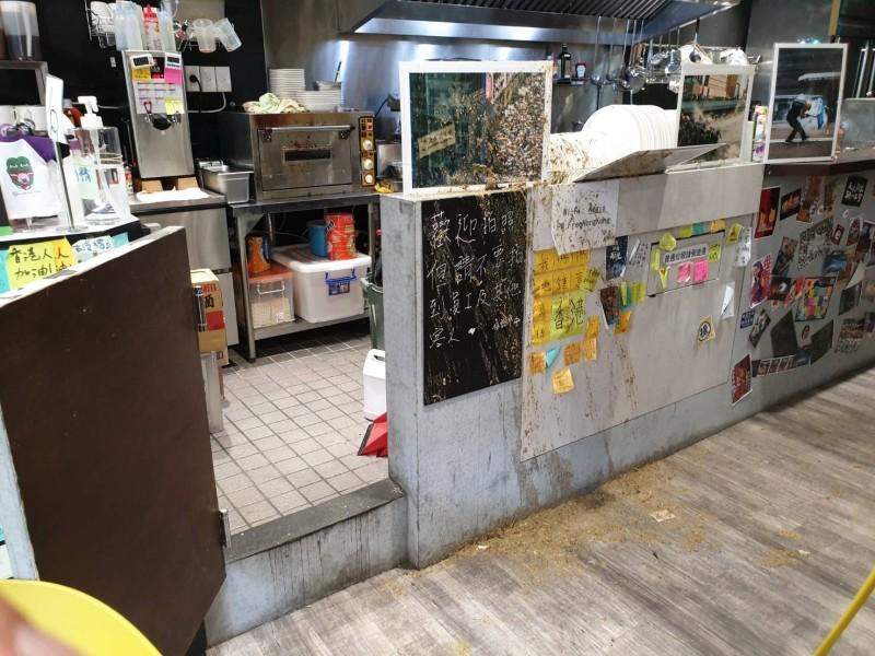 北市餐廳「保護傘」中午突遭人潑雞糞,櫃台、餐具滿是雞糞。(記者邱俊福翻攝)