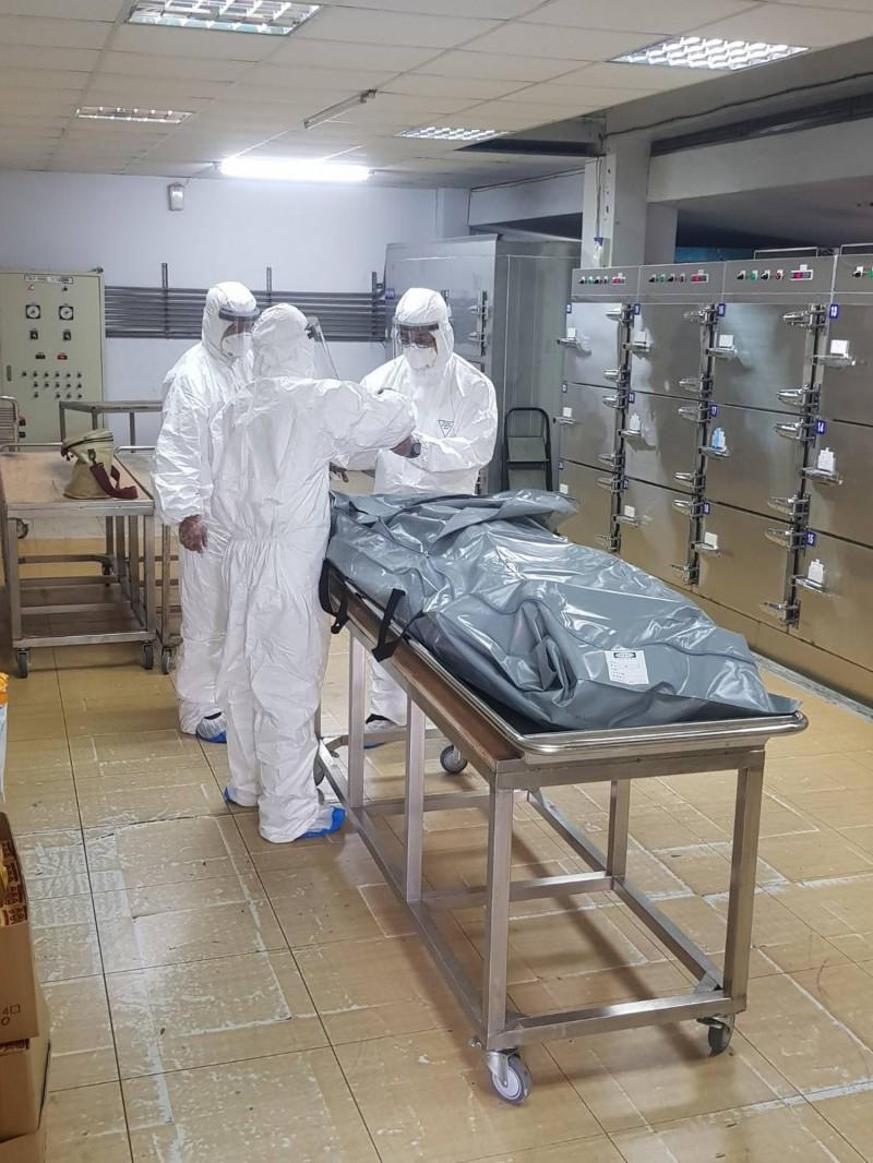 南投地檢署法醫在殯儀館採檢體送驗,以確認黃男是否感染武漢肺炎。(民眾提供)